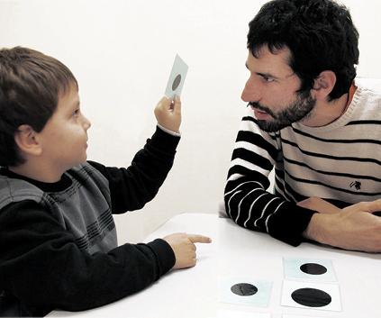 Niño en actitud docente con Diego de la Hera, becario de doctorado de los autores.