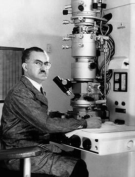 Eduardo De Robertis con el primer microscopio electrónico adquirido por la UBA, ca. 1961. Foto Grete Stern