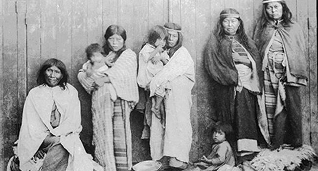 De izquierda a derecha, esposa de Inacayal, esposa de Foyel, esposa de Ariancu, Margarita (hija de Foyel) y Tafá en el Museo de La Plata, 1886.