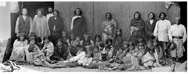 Caciques Inacayal y Foyel con integrantes de sus tribus.