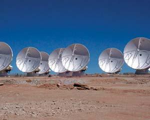Antenas de 12m del Atacama Large Millimeter Array (Alma) ubicadas a 5000m de altura en el norte de Chile. Como primera etapa del proyecto argentino-brasileño Llama, se instalará una antena similar en Salta, a 4800m. Foto Vertex