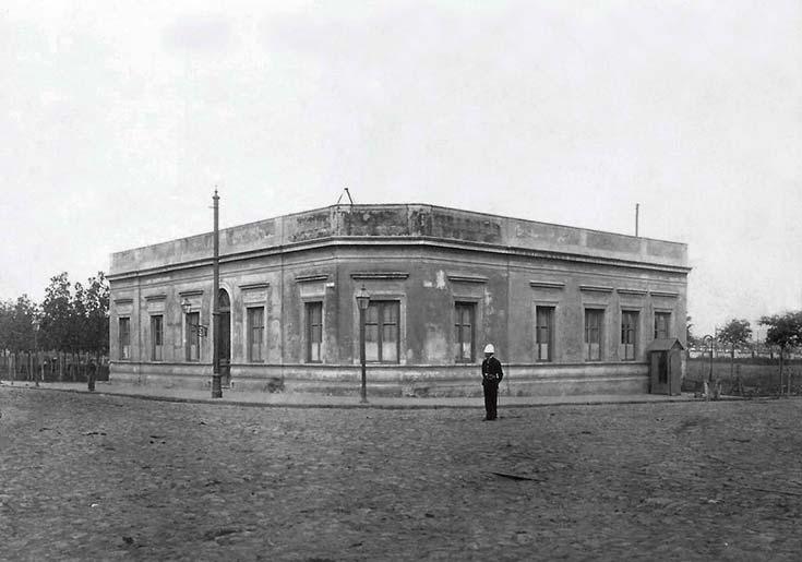 Caseros y Monteagudo. La foto fue tomada cuando ya se habían desmontado los Corrales pero aún no se había creado el parque Patricios. Fotógrafos de Caras y Caretas, 1903, AGN.