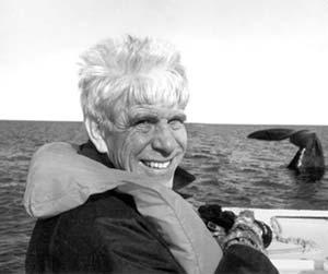 William D Hamilton (1936-2000) en el Golfo Nuevo en 1997, cuando vino a la Argentina para repetir la travesía entre Chubut y Buenos Aires hecha por Charles Darwin en 1832. Foto Claudio Campagna