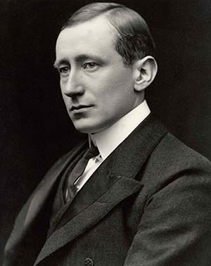 Guglielmo Marconi (1874-1937), quien, en 1899 envió por primera vez mensajes por telegrafía inalámbrica a través del canal de la Mancha e inauguró así la utilización práctica de las ondas de radio. Recibió por ello el premio Nobel de física de 1909.