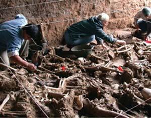 Excavación del Equipo Argentino de Antropología Forense de una fosa común en el cementerio de San Vicente, Córdoba, 2003, que contenía los restos de decenas de 'desaparecidos' durante la dictadura militar de 1976-1983. Foto EAAF