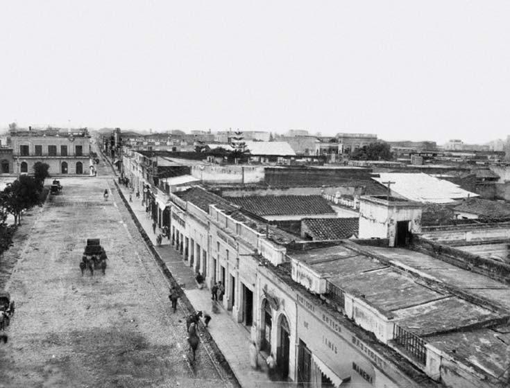 Vista de Tucumán. Foto de AW Boote & Cía, ca. 1895, colección D Sirinian, tomada mirando al norte desde una torre de la Catedral. A la izquierda, la plaza Independencia, al final de la cual cruza la calle Las Heras (hoy San Martín).
