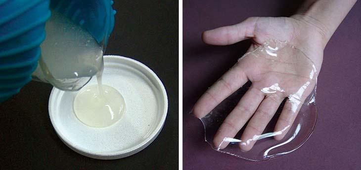 Bioplástico flexible de almidón. Vertido de la mezcla en el molde (izquierda) y producto final (bioplástico flexible) terminado.