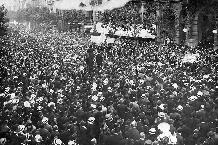 Manifestación de noviembre de 1917 ante el diario La Prensa, en la avenida de Mayo, en solidaridad con Italia. Foto AGN