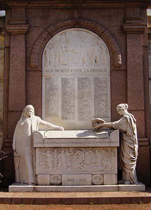 Tras la guerra, las comunidades migratorias honraron a los combatientes con placas y monumentos, como el inaugurado en el patio del Hospital Francés en 1923. Con el tiempo se agregaron los nombres de los caídos en la Segunda Guerra Mundial (1939-1945), que fueron muchos menos.