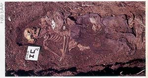 Excavación arqueológica de una sepultura individual realizada en 1985 en Isidro Casanova, partido de La Matanza