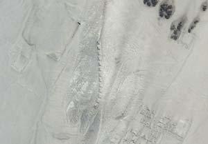Figura 5. Imagen satelital donde se ven las Trece Torres junto a algunas de las estructuras del yacimiento arqueológico (el lector puede obtenerla en el sitio maps.google.com colocando 'complejo astronómico chanquillo' o bien las coordenadas -9.56112,-78.22728). El norte es hacia arriba de la imagen. Los puntos de observación oeste (a la izquierda) y este (a la derecha) también son identificables, aunque no con gran detalle. Foto Google Maps