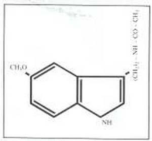 Fig. 4 Fórmula estructural de la melatonina (5-metoxi-N-acetiltriptamina), hormona producida por la glándula pineal que, a nivel del núcleo supraquiasmático del hipotámo, afecta el período oscilatorio del reloj circadiano y los ritmos de la reproducción.
