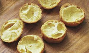 masas de pâte-à-choux abiertas para ser rellenadas con crema pastelera.
