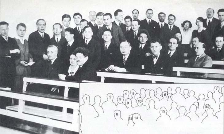 """Todos asistíamos a las reuniones que Bohr organizaba en Copenhague..."" Aquí están reunidos los participantes del encuentro de abril de 1932. Podemos ver a W. Heisenberg (1), N. Bohr (2), L. Rosenfeld (3), M. Delbrück (4), F. Bloch (5), K. von Weiszäker (6), C. G. Darwin (7), L. Brillouin (8), W. Heifier (9), J. Salomon (10), G. Beck (11), P. M. Dirac (12), L. Meitner (13), P. Ellrenfest (14), H. A. Kramers (15)."