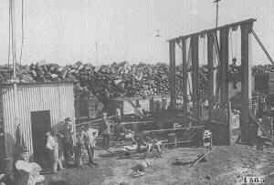 LEÑA DE LOS OBRAJES CHAQUEÑOS USADA COMO COMBUSTIBLE EN LOCOMOTORAS, CA, 1922. FUENTE. ARCHIVO FOTOGRÁFICO DEL FERROCARRIL DE SANTA FE.