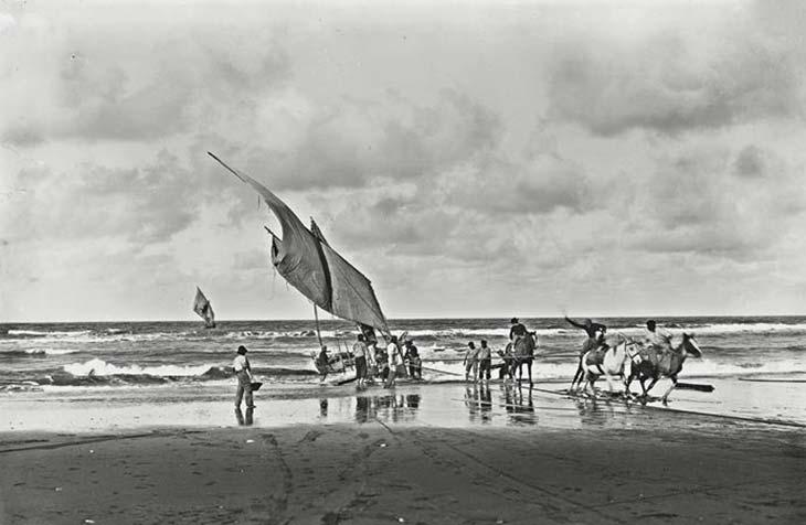 Pescadores de Mar del Plata. Foto de HG Olds, ca. 1893, cortesía Ediciones de la Antorcha. La imagen proporciona una idea de las dificultades de encontrar lugares portuarios adecuados en la costa bonaerense. Solo a comienzos del siglo siguiente se encaró la construcción de un puerto protegido en Mar del Plata, que se inauguró en 1924.