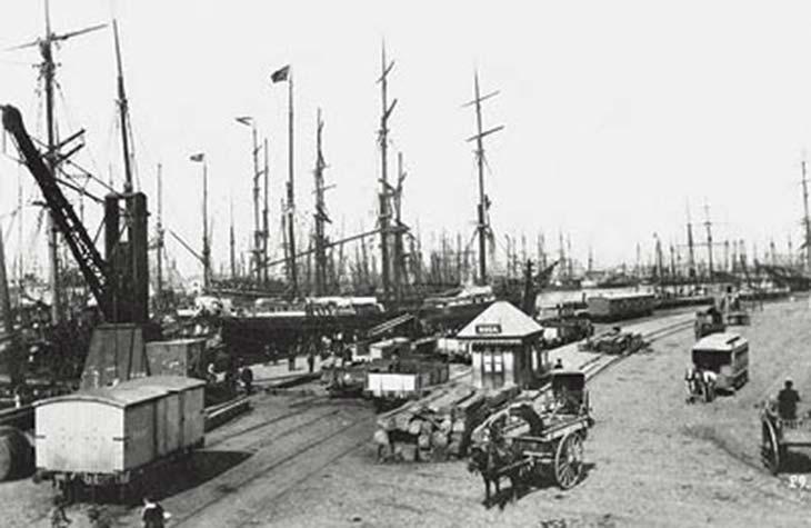 El Riachuelo. Foto de HG Olds, ca. 1903, colección Luis Priamo. Tomada desde la margen derecha mirando aguas abajo. Si bien para la fecha de la foto Puerto Madero estaba habilitado, el Riachuelo seguía en intensa actividad, sobre todo para embarcaciones de cabotaje.