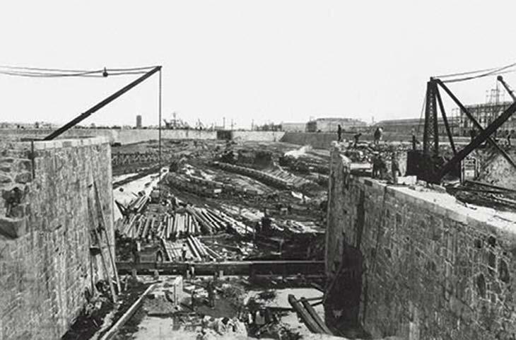 Puerto Madero en construcción. Foto de Samuel Rimathé, ca. 1890, Biblioteca Manuel Gálvez. Muestra las obras del dique 2 y da una idea gráfica de la magnitud del esfuerzo.