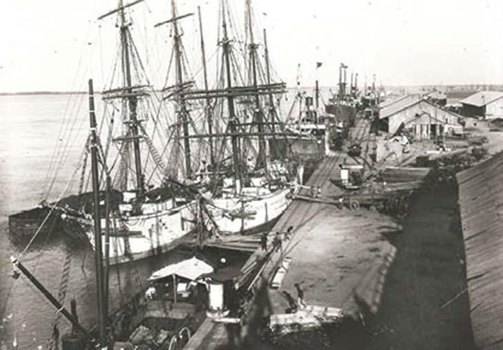 Puerto de Rosario. Foto de Carlos Boschetti, ca. 1900, colección Escuela Superior de Museología de Rosario. Su movimiento comercial se incrementó de manera marcada con el auge del cultivo de cereales en la pampa gringa.