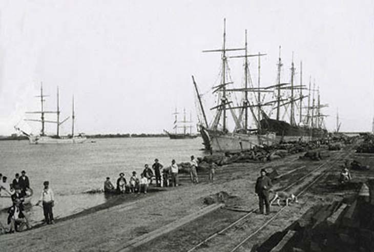 Embarque de rollizos de quebracho en el puerto de Colastiné, Santa Fe. Foto de Bartolomé Corradi, ca. 1904, colección Edmundo Corradi.