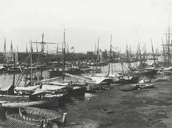 La Boca. Foto de Samuel Rimathé, ca. 1895, Museo Mitre. Tomada desde la margen izquierda mirando aguas arriba en momentos en que los mayores buques de ultramar ya podían usar el parcialmente habilitado Puerto Madero.