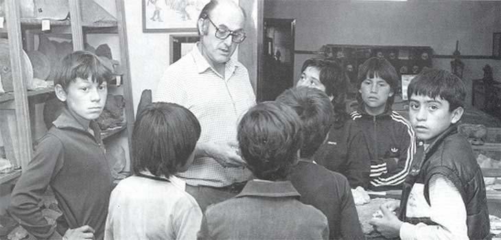 """Con jóvenes descendientes de indígenas en el Museo """"Jorge H. Gerhold"""" de Ingeniero Jacobacci."""