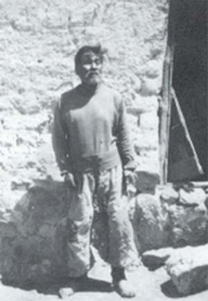 José María Cual fotografiado por Casamiquela en 1955 en Gan-Gan, provincia del Chubut. Arriba: página de uno de los cuadernos de Casamiquela con apuntes tomados durante el rescate de la lengua tehuelche con la colaboración de Cual.