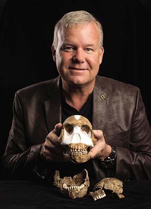 Lee Berger, uno de los descubridores de Homo naledi, con algunos de los fósiles encontrados. Foto Universidad de Witwatersrand