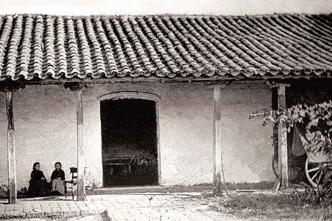 Galería del fondo del primer patio, al que daba el salón de la jura. Foto de Ángel Paganelli, 1869.