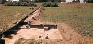 """Fig. 2 Vista parcial del sitio. El fondo de esta excavación sigue las ondulaciones de la unidad """"S""""."""