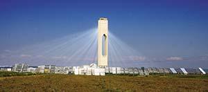 Figura 3. Concentrador de torre central PS10, en Sanlúcar la Mayor, a unos 20km de Sevilla. Tiene una potencia de 11MW y produce unos 23.400MWh anuales de electricidad con 624 grandes espejos móviles llamados heliostatos que concentran la energía en lo alto de la torre de 115m. El costo de construir el dispositivo entre 2004 y 2007 alcanzó los 46 millones de dólares. Foto afloresm, Flickr.