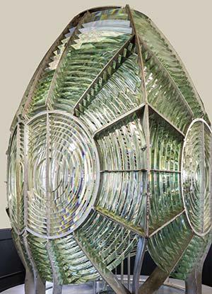 Figura 5. Lente Fresnel para un faro. Museo del faro de Punta Arena, California. Frank Schulenburg, Wikimedia Commons.