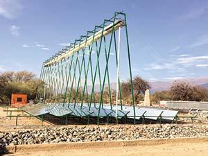 Figura 7. Concentrador lineal Fresnel instalado a título experimental en San Carlos, Salta, por el Instituto de Investigación en Energías No Convencionales y el Instituto Nacional de Tecnología Industrial. El sistema consta de espejos de aluminio de 0,60 x 2,50m montados sobre el suelo de forma tal que su inclinación pueda regularse según el cambio estacional de la altura del Sol. Estos reflejan los rayos solares que les llegan paralelos de manera que se concentren en el dispositivo que absorbe y luego transporta el calor.