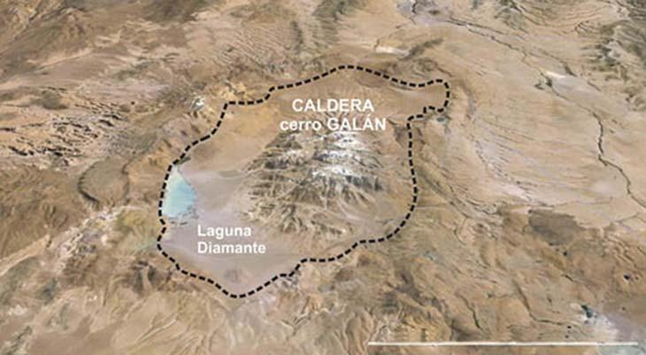 Caldera del cerro Galán (12 en la figura de página 41), originada por un supervolcán que eyectó 1000km3 de magma en un solo episodio. La barra blanca inferior que da la escala representa 22km. Imagen satelital Google Earth