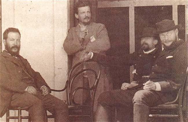 Durante una expedición al Chaco, el fotógrafo Lucio Correa morales tomó esta fotografía, en la que aparecen Ameghino (izquierda), Eduardo L. Holmberg (de pie) y Federico Krutz (derecha con una copa en la mano)