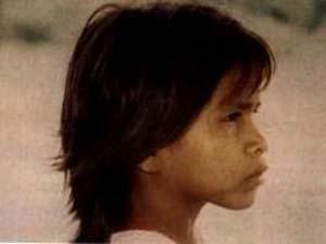 Niña ese´eja, habitante del río Tambopata, en Madre de Dios, Amazonia peruana. Pertenece a un grupo étnico cuyos conocimientos botánico-medicinales tradicionales proporcionan útiles indicios a la farmacología científica moderna.