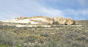 Cueva ubicada en el cañadón La Primavera, Santa Cruz. Esa clase de sitios fue refugio de los primeros cazadores-recolectores de la Patagonia.