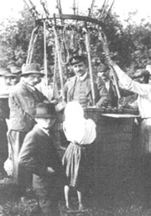 Victor Franz Hess, descubridor de los rayos cósmicos, en un globo aerostático usado para mediciones de altura.