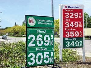 Aviso de una estación de servicio de Sacramento, California, que ofrece explícitamente bioetanol y biodiésel. Los precios están en centavos de dólar por galón (3,8 litros). Adviértase que en ese momento (mayo de 2010) el etanol se vendía allí 18% más barato que la nafta común.
