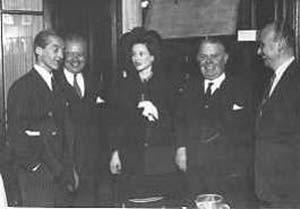 En el día de la inauguración del instituto -3 de noviembre de 1947- posa, de izquierda a derecha, Luis F. Leloir, Juan Lewia, Amelia Zuberbühler de Leloir,  Jaime Campomar y Hugo Chiodi.