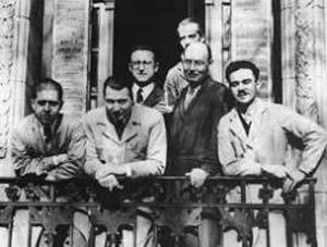 En el balcón de la izquieda de la casa de Julián Alvarez, de izquierda a derecha, Enrico Cabib, Raúl Trucco, Carlos E. Cardini y José L. Reissig. Detrás Alejandro C. Paladini y Luis F. Leloir, semioculto. (1954)