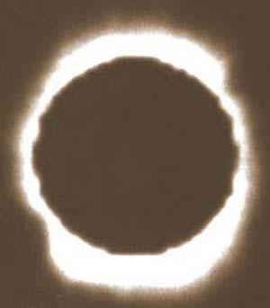 Fig 8. El eclipse solar producido en Sobral, en una de las fotografías que permitieron comprobar la teoría de la relatividad general de Einstein, que cambió el rumbo de la física.