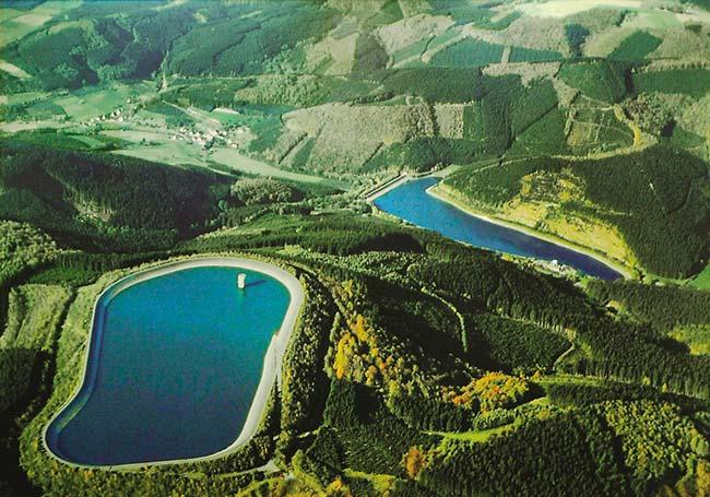 Figura 4. Vista aérea de reservorios de almacenamiento por bombeo en Rönkausen, Alemania, que datan de 1969. Tienen una diferencia de nivel de 270m; lleno, cada uno almacena alrededor de 1 millón de m3 de agua y ocupa una superficie de 10ha. El superior (izquierda) puede acumular 140MW de energía potencial.