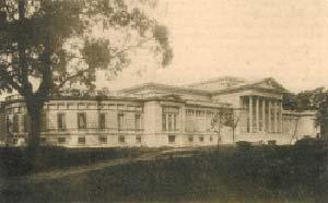 Edificio del Museo de La Plata desde el parque del Jardín Zoológico.