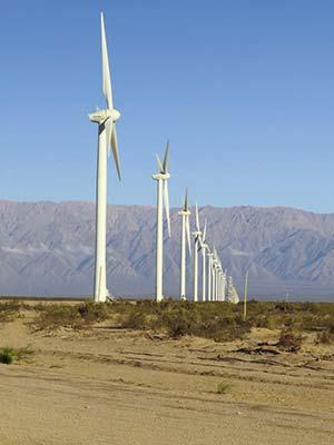 Turbinas del parque eólico Arauco, inaugurado en 2011, unos 100km al norte de la ciudad de La Rioja y gestionado por una empresa del gobierno de la provincia (75%) y de ENARSA (25%). Las torres miden unos 80m y cada pala unos 40m.