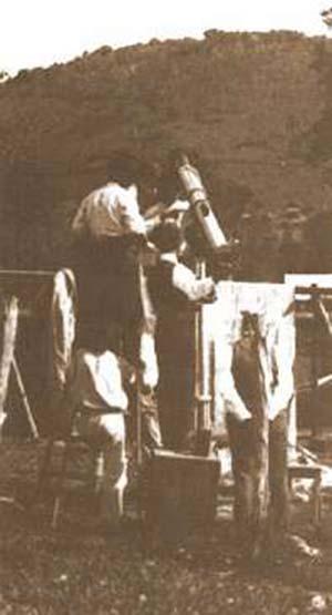 Fig 4. Una de las lentes que se utilizaron para estudiar el eclipse en Passa Quatro. La lluvia impidió cualquier observación.