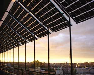 Paneles fotovoltaicos instalados en forma de alero en un edificio del Centro Atómico Constituyentes, de la CNEA.