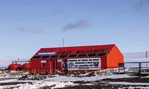 Paneles fotovoltaicos instalados en el techo de un edificio de la base antártica Vicecomodoro Marambio, a 64° de latitud, a escasa distancia al norte del círculo polar.