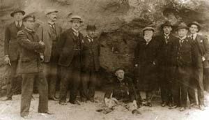 Figura 1. Lorenzo Parodi, sentado en el centro, con una de las comisiones de especialistas destacada para constatar sus hallazgos (fotografía de 1920 conservada en el museo municipal de Historia y Ciencias Naturales de Miramar).
