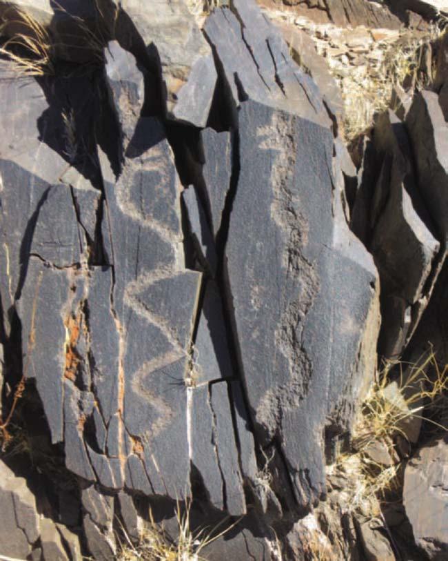 Dos serpientes enfrentadas con sus bocas abiertas. Miden unos 32cm y fueron grabadas en una de las pocas superficies verticales.